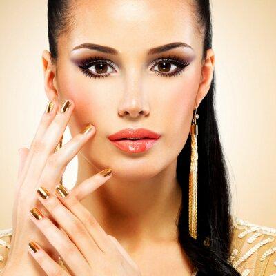 Fototapeta Piękna twarzy kobiety glamour z czarnym makijażu oczu