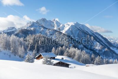 Fototapeta Piękna zimy krainy cudów halna sceneria z tradycyjną halną budą w Alps