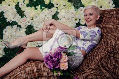 Piękne Blond Kobieta Kwiaty Patrząc W Górę Krótkie Fryzury Fototapety Redro