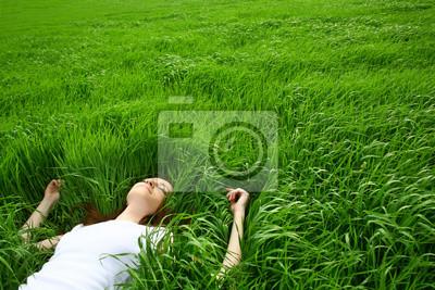 piękne dziewczyny leżenia trawy