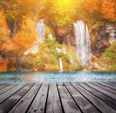 Fototapeta Piękne jesienią lasu wodospad w słoneczny dzień
