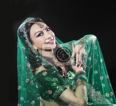 3951d3a850 Fototapeta piękne kobiety na sobie tradycyjne stroje indyjskie na ...