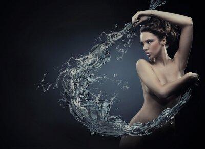 Piękne kobiety powyżej plusk wody