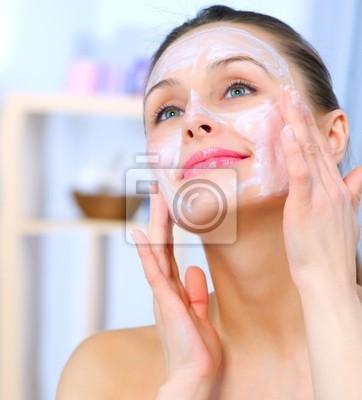 Piękne kobiety stosowania Naturalne domowych twarzy maski