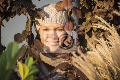 Fototapeta Piękne kobiety w promieniach słońca jesienią