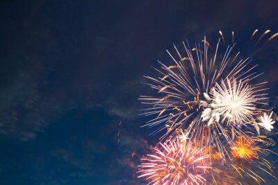 Fototapeta Piękne kolorowe fajerwerki wakacje w wieczornym niebie