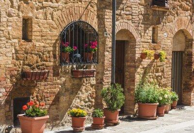Fototapeta Piękne kolorowe uliczki toskańskiej miejscowości w słoneczny dzień