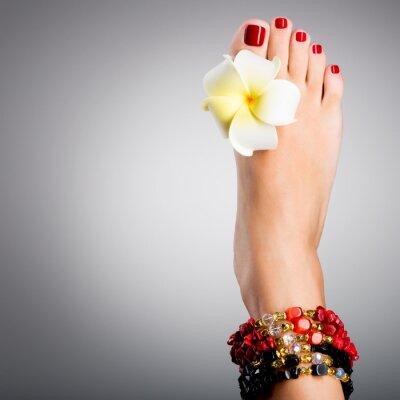Fototapeta Piękne nogi kobiet z czerwonym pedicure