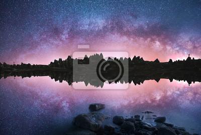 Piękne odbicie z panoramą galaktyki Drogi Mlecznej