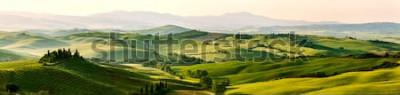 Fototapeta Piękni i cudowni kolory zielony wiosny panoramy krajobraz Tuscany, Włochy.