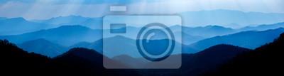 Fototapeta Piękny krajobraz błękitne góry ablegruje podczas zmierzchu z sunrays