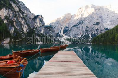 Fototapeta Piękny krajobraz jeziora Braies (Lago di Braies), romantyczne miejsce z drewnianym mostem i łodziami na alpejskim jeziorze, Alpy, Dolomity, Włochy, Europa
