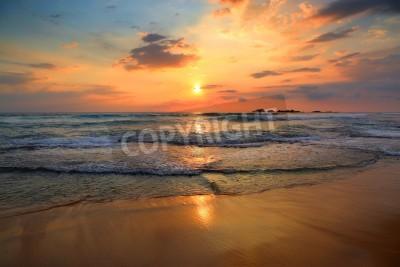 Fototapeta Piękny krajobraz z tropikalnym morzu o zachodzie słońca na plaży