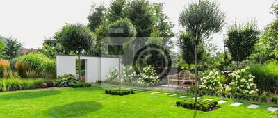 Fototapeta Piękny ogród z drewnianą ławką