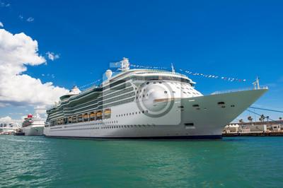 Piękny statek wycieczkowy. Morze Śródziemne.