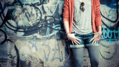 Fototapeta Piękny stylowy kobieta słuchania muzyki