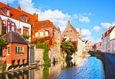 Fototapeta Piękny widok na kanał i most, czerwone dachy w Brugii, Bel