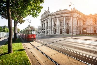 Fototapeta Piękny widok na słynnej Wiener Ringstrasse z historycznym Burgtheater Imperial Court Theatre i tradycyjnym czerwonym tramwajem elektrycznym o zachodzie słońca w Wiedniu, Austria