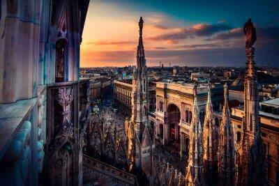 Fototapeta piękny widok o zachodzie słońca z katedry Duomo w Mediolanie na dachu - włoska trasa - europejska wycieczka