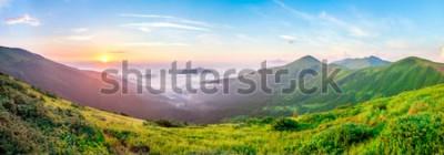 Fototapeta Piękny wschód słońca w górach z białą mgłą pod panoramą