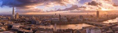 Fototapeta Piękny zachód słońca i dramatyczne chmury nad południowym brzegu Londynie - Panoramiczny panoramę Londynu - UK