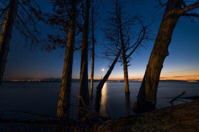 Piękny zachód słońca nad jeziorem.
