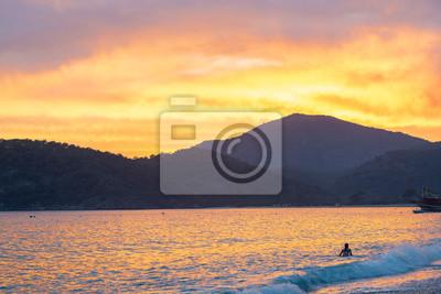 Piękny zachód słońca nad morzem.