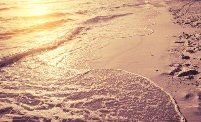 Fototapeta piękny zachód słońca w porannej morskiej plaży rocznika stylizowany tone