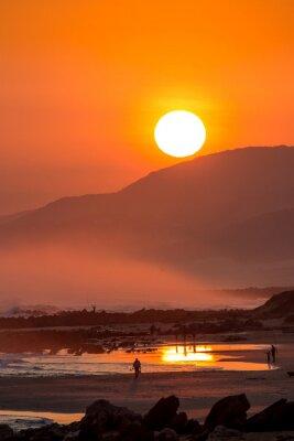 Fototapeta Piękny zachód słońca z dużego okrągłego Słońca