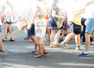 Pieszy tłum przekraczania ulicy