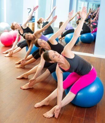 Fototapeta Pilates aerobic grupa kobiet z piłką stabilności