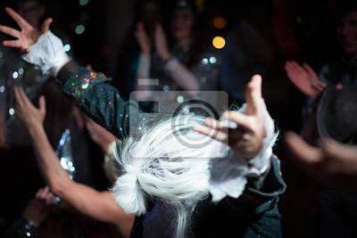 Fototapeta Piosenkarz pokłonił się publiczności, a oni go oklaskiwali