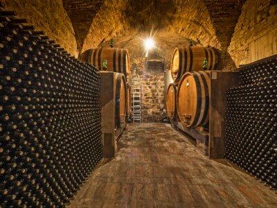 Fototapeta piwnica na wino z butelki i dębowych beczkach
