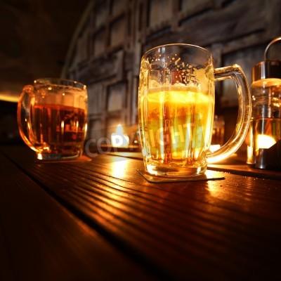 Fototapeta piwo w ciemnym pokoju z bliska