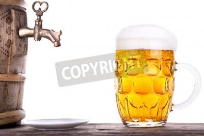 Fototapeta Piwo z beczki na drewnianym stole białym tle