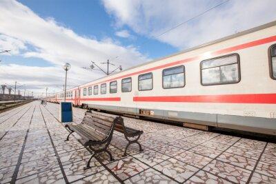 Fototapeta Platforma z ławki i pociągu na stacji kolejowej