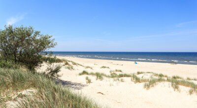 Fototapeta Plaża na polskim wybrzeżu Bałtyku w środku sezonu wakacyjnego - wokół Rowach, Ustce i Łebie między