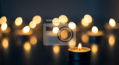 Fototapeta Płomień wielu świece na niebieskim kolorze tła