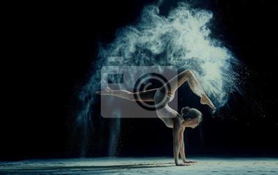 Fototapeta Płynnego kobieta tańczy w chmurze pyłu