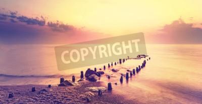 Fototapeta Po fioletowy zachód słońca, spokojne morze krajobraz.