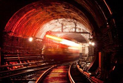 Fototapeta Pociąg porusza po drugiej stronie tunelu
