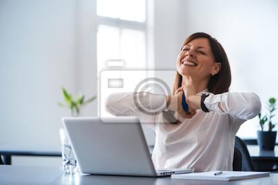 Fototapeta Podekscytowany kobieta pracy przy biurku w biurze. Użyj kulki antystresowej.