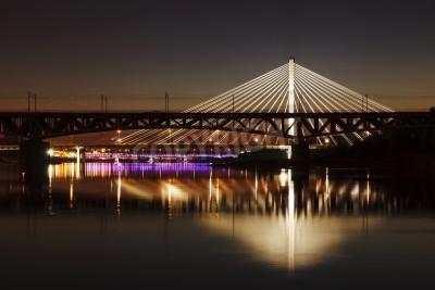 Fototapeta Podświetlany most w nocy, a odbicie w wodzie. Swietokrzystki most.