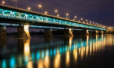 Fototapeta Podświetlony most w nocy, a odbicie w water.Bridge Gd