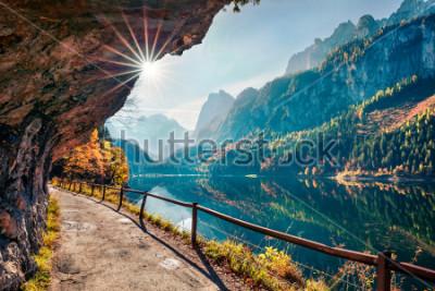 Fototapeta Pogodna jesień scena Vorderer (Gosausee) jezioro. Kolorowy ranku widok Alpy Austriackie, Górny Austria, Europa. Piękno natury pojęcia tło.