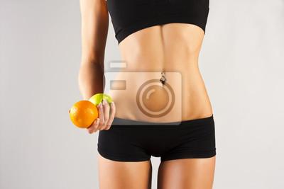 Pojęcie zdrowego ciała. Cienki brzuch, owoce