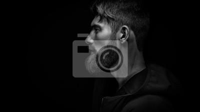 Fototapeta Pojedyncze stojących w profilu młodego przystojnego mężczyzny w poważne brodaty