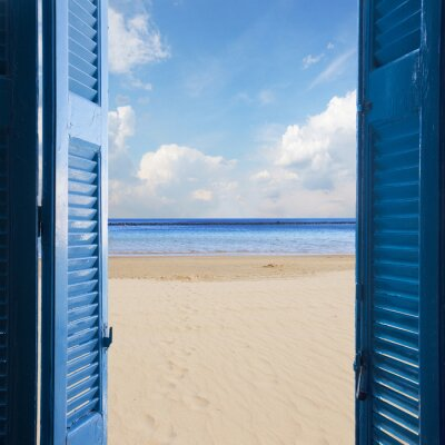 Fototapeta Pokój z otwartymi drzwiami do pejzaży morskiej i piaszczystej plaży - koncepcja wakacje
