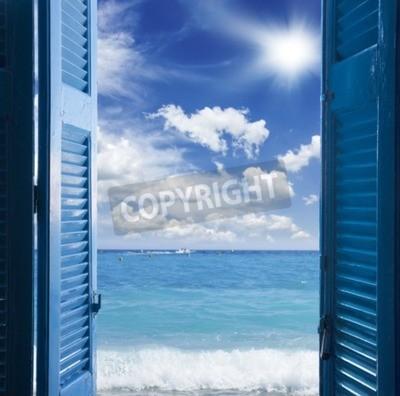 Fototapeta Pokój z otwartymi niebieskimi drzwiami do pejzaży morskiej - koncepcja wakacje