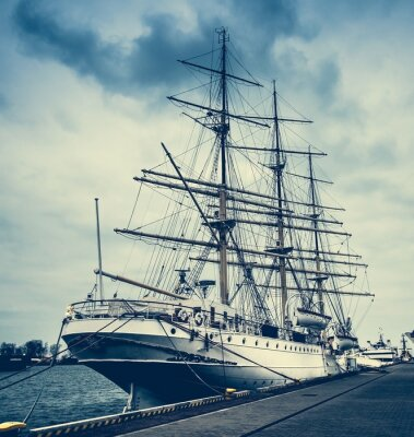 Fototapeta Polski statek cumuje w Gdyni